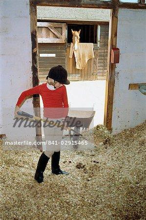 Mädchen mucking heraus, Belmont Country Club, England, Vereinigtes Königreich, Europa