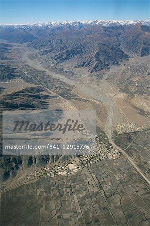 Village à côté de la rivière sur le Plateau tibétain, Tibet, Chine, Asie