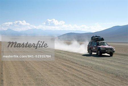 Land cruiser sur la bonne voie altiplano avec touristes à Laguna Colorado, hautes terres du Sud-Ouest, en Bolivie, en Amérique du Sud