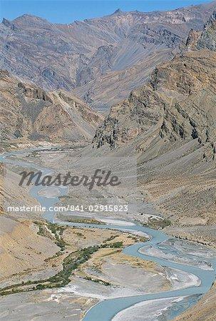 Vallée de la rivière Zanskar entre montagnes Himalaya et Zanskar, vu depuis la route Leh-Manali, Ladakh, Inde, Asie