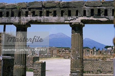 Volcan de Versuvius à partir de Pompéi, enterré en éruption AD79, rénové en pierre d'un immeuble en bordure de la Roman Forum, Pompéi, patrimoine mondial de l'UNESCO, Campanie, Italie, Europe