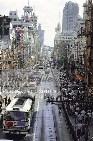 Nanjing Road, la principale rue commerçante où les cycles sont interdits pour laisser la place aux autobus, Shanghai, Chine, Asie