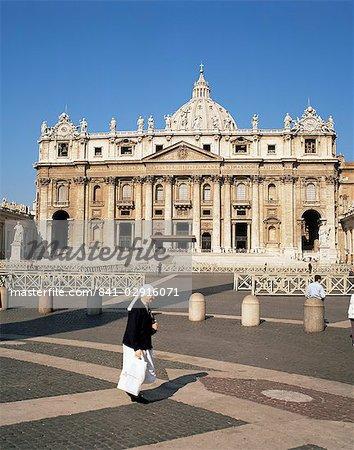 Nun in St. Peter's Square, Vatican, Rome, Lazio, Italy, Europe