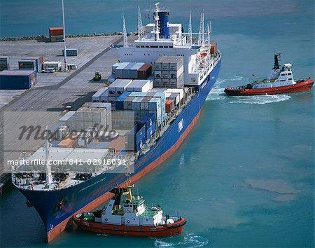 Remorqueurs se déplaçant d'un porte-conteneurs dans le port de Napier, North Island, Nouvelle-Zélande, Pacifique