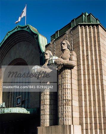 Statues sur la façade du railway station, Helsinki, Finlande, Scandinavie, Europe