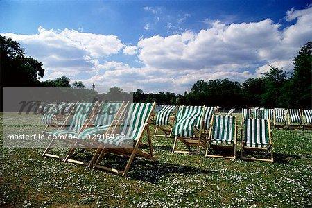 Liegestühle im Regents Park, London, England, Großbritannien, Europa
