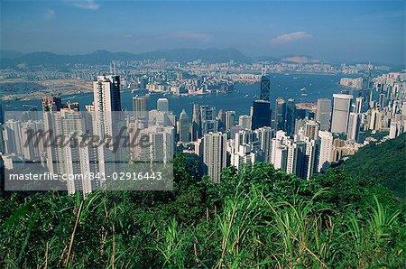 Vue de Victoria Peak sur les toits de la ville de l'île de Hong Kong à Kowloon dans la distance, Hong Kong, Chine, Asie