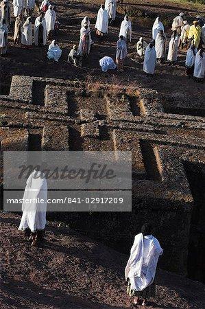 Pèlerins porte traditonal gabi (châle blanc) au festival à rupestres monolithique église de Ghiorghis (de Saint-Georges), en forme de toit comme une croix grecque, Lalibela, patrimoine mondial de l'UNESCO, Ethiopie, Afrique