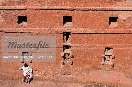 Pèlerin ayant qualité pour agir dans le cadre de windows sur l'église monolithique de pari Maryam (Sainte-Marie) de l'église, bras sa semble pour être la plus ancienne église de rupestres de Lalibela, patrimoine mondial de l'UNESCO, Ethiopie, Afrique