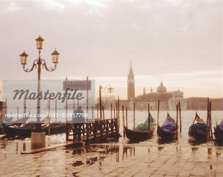 Gondoles et San Giorgio Maggiore, Venise, Vénétie, Italie