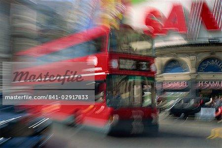 Vergrößerte Wirkung der London Bus, Piccadilly Circus, London, England, Vereinigtes Königreich, Europa