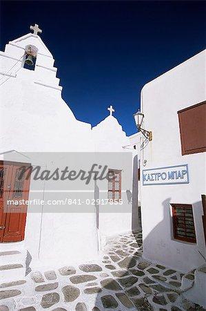 Scène de rue avec des bâtiments blanchis à la chaux, la ville de Mykonos, l'île de Mykonos, Cyclades, Grèce, Europe