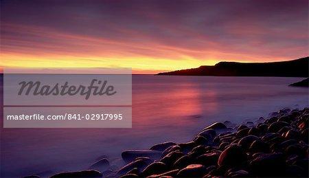 Lever du soleil sur la baie de Embleton, près de Alnwick, Northumberland, Angleterre, Royaume-Uni, Europe