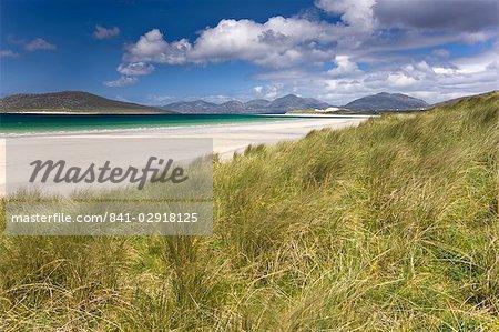 """À la recherche à travers le """"""""machair"""""""" à la plage de sable blanc de Seilebost à marée basse et les collines de Taransay et Nord Harris, Seilebost, île de Harris, Hébrides extérieures, en Écosse, Royaume-Uni, Europe"""
