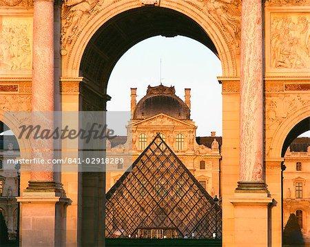 The Pyramide and Palais du Louvre seen through the Arc de Triomphe du Carousel, Musee du Lourve, Paris, France, Europe