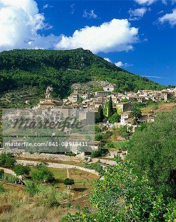 Maisons et églises de la ville de colline de Valldemosa sur Majorque, îles Baléares, Espagne, Europe