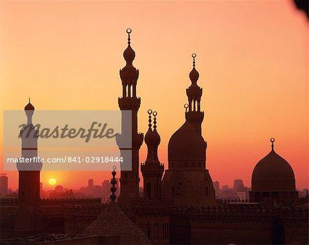 Dômes et minarets silhouettés au coucher du soleil, du Caire, en Égypte, en Afrique du Nord, Afrique