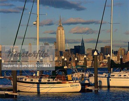 Bateaux dans le port avec l'Empire State Building sur la ligne d'horizon à l'arrière-plan, à New York, États-Unis d'Amérique, l'Amérique du Nord