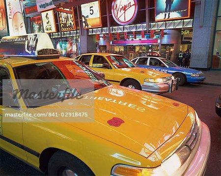 Taxis jaunes dans la rue pendant la nuit à Times Square, avec Virgin Megastore en arrière-plan, à New York, États-Unis d'Amérique, l'Amérique du Nord
