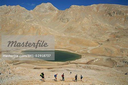 Randonnée au-delà du lac, sur le Plateau de Yedigoller (sept lacs), montagnes du Taurus, Anatolie, Turquie, Asie mineure, Eurasie