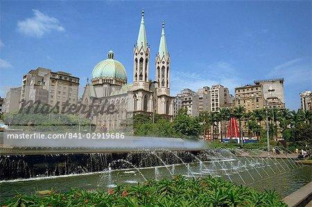 Fontaines et la cathédrale de la ville de Sao Paulo, au Brésil, en Amérique du Sud