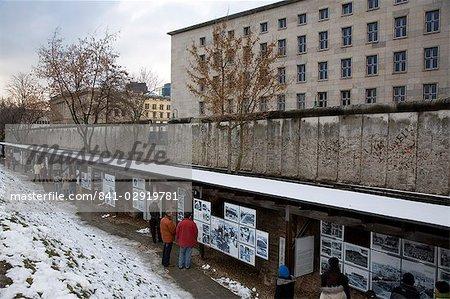 Topographie d'exposition de la terreur le long du parcours du mur de Berlin, Neiderkirchnerstrasse (quartier général de la Gestapo), Berlin, Allemagne, Europe