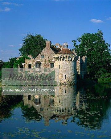 Château reflétée dans le lac, le château de Scotney, près de Lamberhurst, Kent, Angleterre, Royaume-Uni, Europe