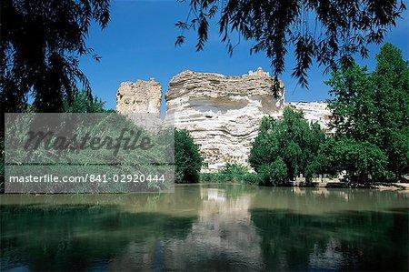Vue vers le château au sommet de falaises de craie au-dessus de la rivière Jucar, Alcala del Jucar, Albacete, Castille-La Mancha, Espagne, Europe