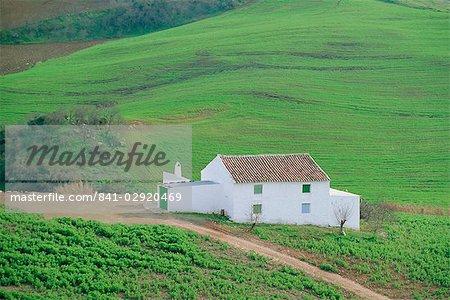Maison blanche dans un paysage verdoyant, près de Antequera, Malaga, Andalousie (Andalousie), Espagne, Europe