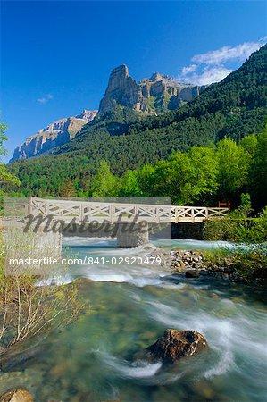 Pont sur la rivière Arazas, Huesca (Pyrénées), Parc National d'Ordesa, Aragon, Espagne, Europe