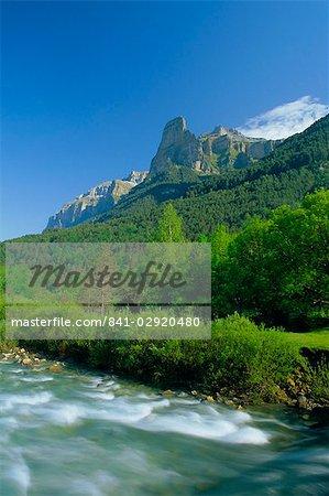 Towering cliffs above the River Arazas, Ordesa National Park (Parque Nacional de Ordesa), Huesca, Aragonese Pyrenees, Aragon, Spain, Europe