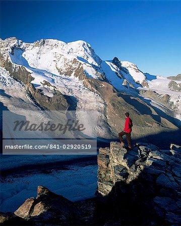 Wanderer und Blick zum Breithorn und Breithorn Gletscher, Gomergrat, Zermatt, Wallis, Schweiz, Europa
