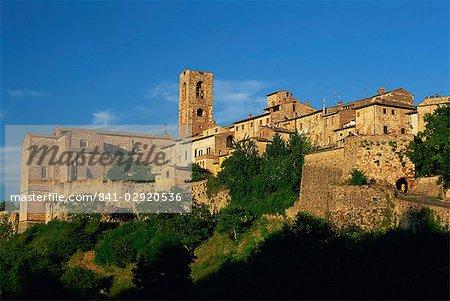 Soirée dans la vieille ville vue d'en bas, Colle di Val d'Elsa, Toscane, Italie, Europe