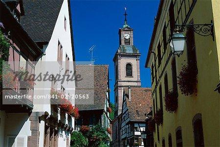 Avis au clocher de l'église et colombages maisons, Riquewihr, Haute-Rhin, Alsace, France, Europe