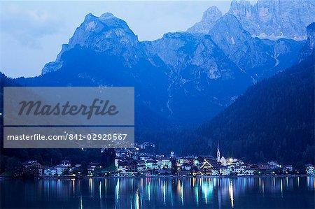 Alleghe et lac Alleghe au crépuscule, avec Monte Civetta dominant, Dolomites, Veneto, Italie, Europe