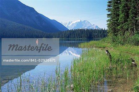 Canoë sur l'eau, à partir de la rive ouest du lac Emerald, Parc National de Yoho, UNESCO World Heritage Site, British Columbia (Colombie-Britannique), Canada, Amérique du Nord