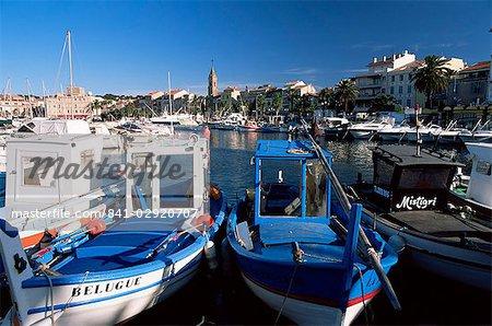 Pêche des bateaux dans le port de Sanary-sur-Mer, Var, Côte d'Azur, Provence, France, Méditerranée, Europe