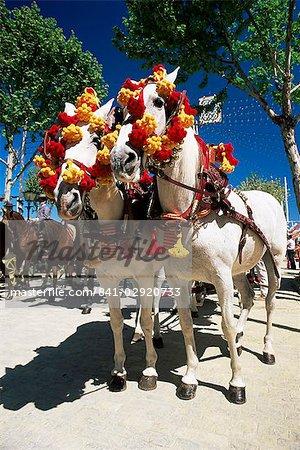 Paire de chevaux colorés décorés, Feria de Abril (April Fair), Séville, Andalousie (Andalousie), Espagne, Europe