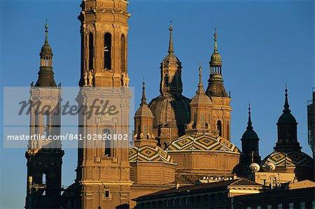 Les tours, les flèches et les roogs en mosaïque de la Basilique de Nuestra Senora del Pilar au coucher du soleil, Saragosse, Espagne, Europe