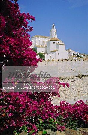 Fleurs église et bougainvilliers, Cadaques, Costa Brava, Catalogne (Catalunya) (Catalunya), Espagne, Europe