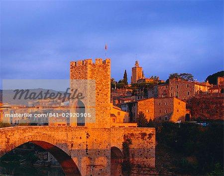 Le village médiéval de Besalu, près de Gérone, Catalogne, Espagne, Europe