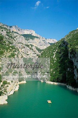 Petit bateau sur la rivière Verdon dans le Grand Canyon du Verdon, Alpes de Haute Provence, Provence, France, Europe