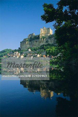Village et Château reflètent dans la rivière Dordogne à Beynac, Dordogne, Aquitaine, France, Europe
