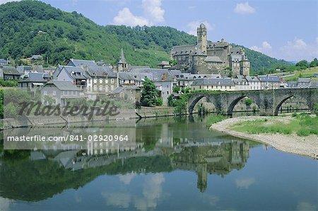 Village reflète dans la rivière Lot, Estaing, Aveyron, Midi-Pyrenees, France, Europe
