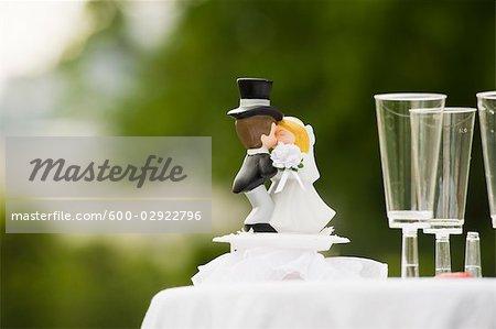 Gâteau de mariage Topper et coupes à Champagne