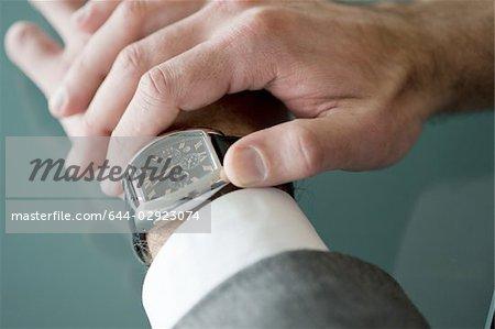 Businessman's Hände, überprüfen die Zeit auf der Uhr