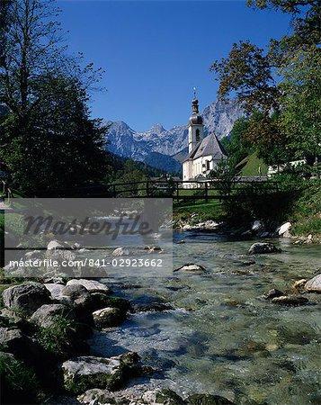 Rivière en cours d'exécution après l'église à Ramsau, près de Berchtesgaden, en Bavière, Allemagne, Europe