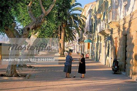 Via Cavour, la rue en face de la zone sud-ouest du port, Carloforte, île de Sardaigne, Italie, Europe