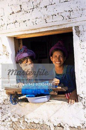 Mère et fille en costume traditionnel, Santa Catarina Palopo, Guatemala, Amérique centrale