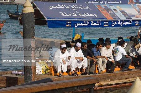 Passagers sur un abra, les petits ferries qui traversent la crique de Dubaï, Dubai, Émirats Arabes Unis, Moyen-Orient